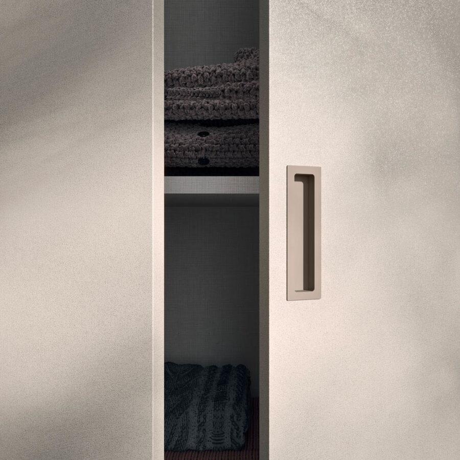 Hinged door wardrobe with Liscia door and M31 handle Orme